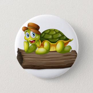 Eine Schildkröte über einem Klotz Runder Button 5,7 Cm