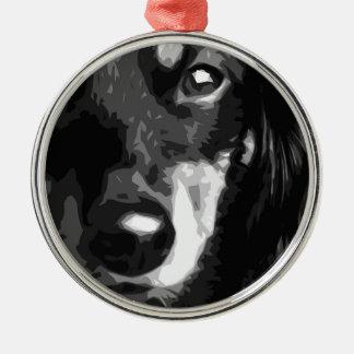 Eine Schwarzweiss-MiniaturDackel Silbernes Ornament