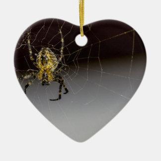 Eine Spinne und sein Netz herauf nahes Keramik Herz-Ornament