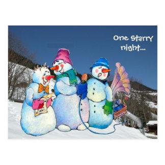 Eine sternenklare Nacht… Schneemänner auf dem Berg Postkarte