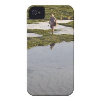 Eine Strandszene von einer Dorfbewohner iPhone 4 Cover