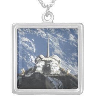 Eine teilweise Ansicht der Raumfähre Atlantis Versilberte Kette