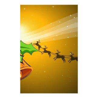 Eine Weihnachtskarte mit Glocken und ein Briefpapier