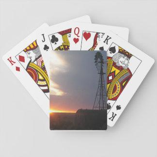 Eine Windmühle und ein Sonnenuntergang auf einem Spielkarten