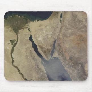 Eine Wolke des tan Staubes von Saudi-Arabien Mousepad
