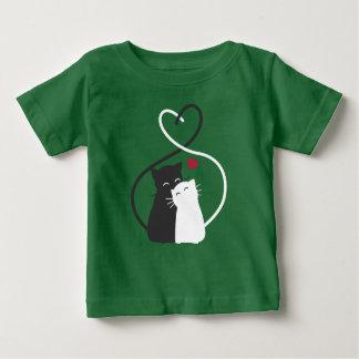Einfache romantische Katzen dem Shirt in der