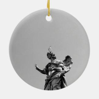 Einfaches, modernes Foto der Seemöwe auf Statue Keramik Ornament