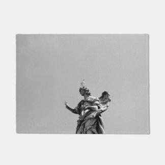 Einfaches, modernes Foto der Seemöwe auf Statue Türmatte