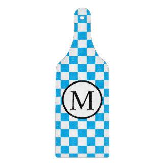 Einfaches Monogramm mit blauem Schachbrett Schneidebrett