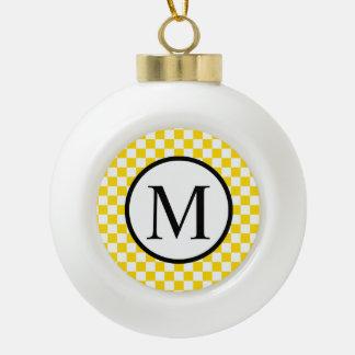 Einfaches Monogramm mit gelbem Schachbrett Keramik Kugel-Ornament