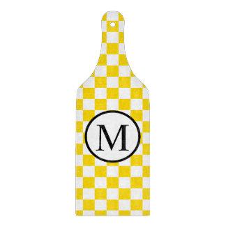 Einfaches Monogramm mit gelbem Schachbrett Schneidebrett