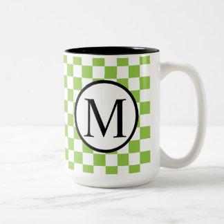 Einfaches Monogramm mit Gelbgrün-Schachbrett Zweifarbige Tasse