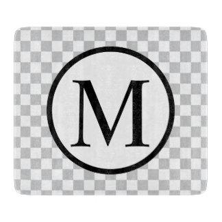 Einfaches Monogramm mit grauem Schachbrett Schneidebrett