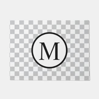 Einfaches Monogramm mit grauem Schachbrett Türmatte