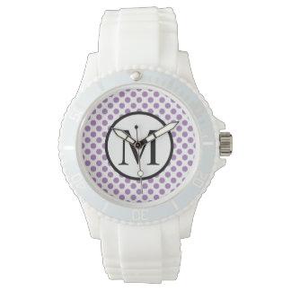 Einfaches Monogramm mit Lavendel-Tupfen Uhr