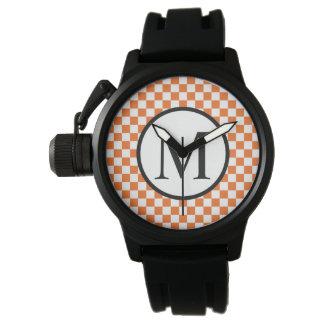 Einfaches Monogramm mit orange Schachbrett Armbanduhr