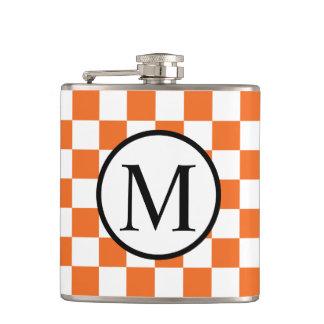 Einfaches Monogramm mit orange Schachbrett Flachmann
