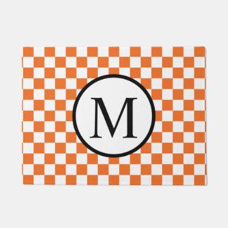 Einfaches Monogramm mit orange Schachbrett Türmatte