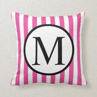 Einfaches Monogramm mit rosa vertikalen Streifen Kissen