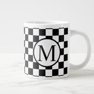 Einfaches Monogramm mit schwarzem Schachbrett Jumbo-Tasse