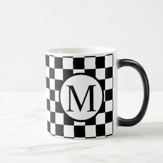 Einfaches Monogramm mit schwarzem Schachbrett Verwandlungstasse