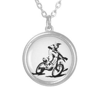Einfaches Motorcross Fahrrad und Reiter Versilberte Kette
