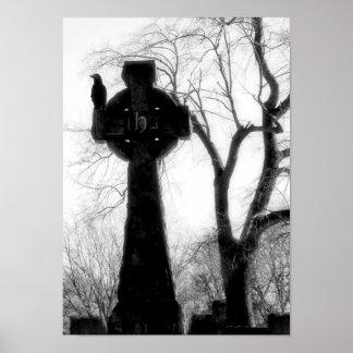 Einfarbige Krähe auf keltischem Kreuz Poster