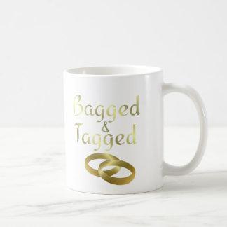 Eingesackte und etikettierte (verheiratete) kaffeetasse