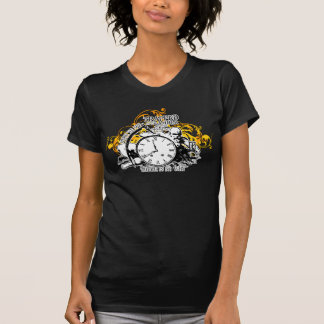 Eingeschlossen im bernsteinfarbigen T-Shirt