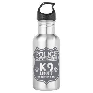 Einheit des Polizeibeamte-K9 gehen voran Lauf Trinkflasche
