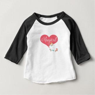 Einhorn - magischer Entwurf mit Herzen Baby T-shirt