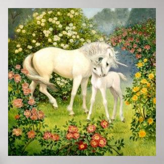 Einhorn-Mamma und Baby unter Blüten im Früjahr Poster