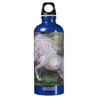 Einhorn-spielt hölzerne Waldmagie Herbst-Vogel die Wasserflasche