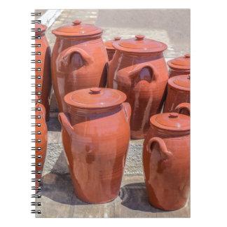 Einige Tongefäße auf Boden außerhalb pottery.JPG Spiral Notizblock