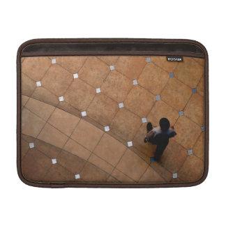 Einsamkeit im Stadt-Rickshaw MacBook Sleeve
