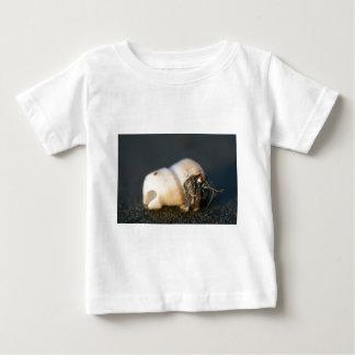 Einsiedlerkrebs auf Strand Baby T-shirt