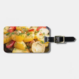 Eintopfgericht der Kartoffeln mit Zwiebel, grünem Gepäckanhänger
