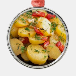 Eintopfgericht der Kartoffeln mit Zwiebel, grünem Rundes Silberfarbenes Ornament