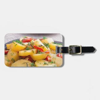 Eintopfgericht der Kartoffeln mit Zwiebel, grüner Kofferanhänger