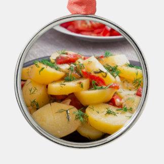 Eintopfgericht der Kartoffeln mit Zwiebel, grüner Rundes Silberfarbenes Ornament