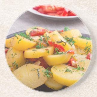 Eintopfgericht der Kartoffeln mit Zwiebel, grüner Untersetzer