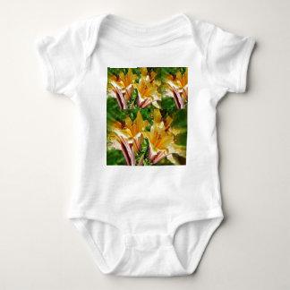 Einzigartige Blumengrüße: Frisches goldenes Tshirt