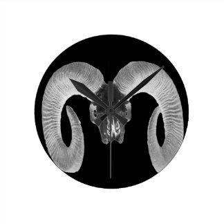 einzigartiger und handgemachter Ziegenschädel Runde Wanduhr