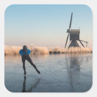 Eis-Skaten hinter Windmühlen- und REEDaufkleber Quadratischer Aufkleber