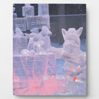 Eis-Skulptur-sportlicher Künstler, der arktische Fotoplatte