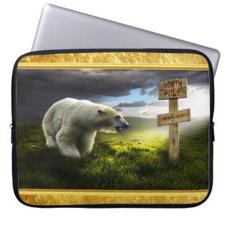 Eisbär, der das hölzerne Zeichen des Nordpols Laptop Sleeve
