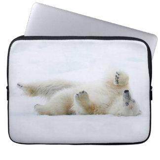 Eisbär, der im Schnee, Norwegen rollt Laptopschutzhülle