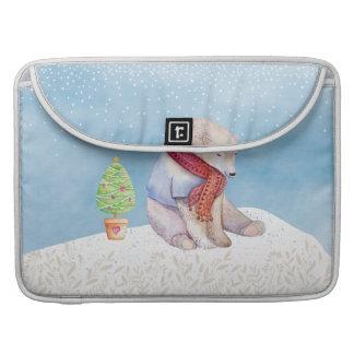 Eisbär-und Weihnachtsbaum im Schnee Sleeve Für MacBook Pro
