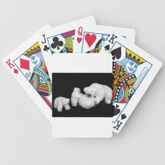 Eisbärfamilienfigürchen, die mit Schneeball Bicycle Spielkarten