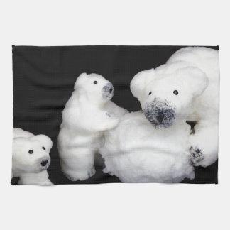 Eisbärfamilienfigürchen, die mit Schneeball Küchentuch